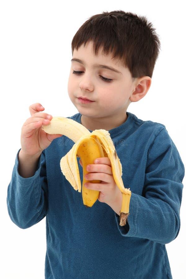 Junge, der mit Banane spielt lizenzfreie stockfotos
