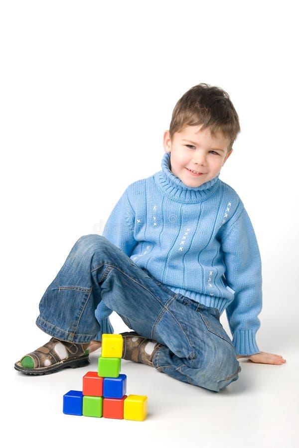 Junge, der mit Blöcken spielt stockfoto
