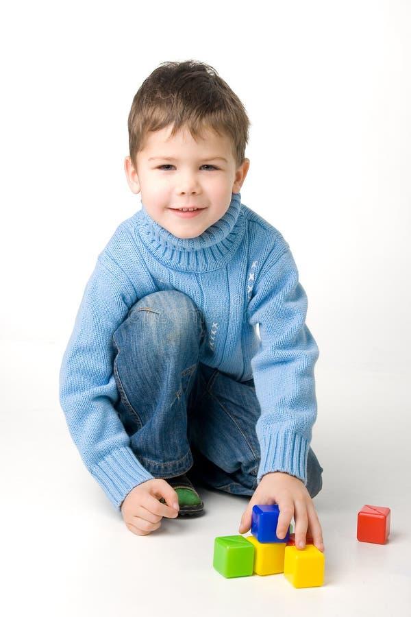 Junge, der mit Blöcken spielt lizenzfreie stockfotografie