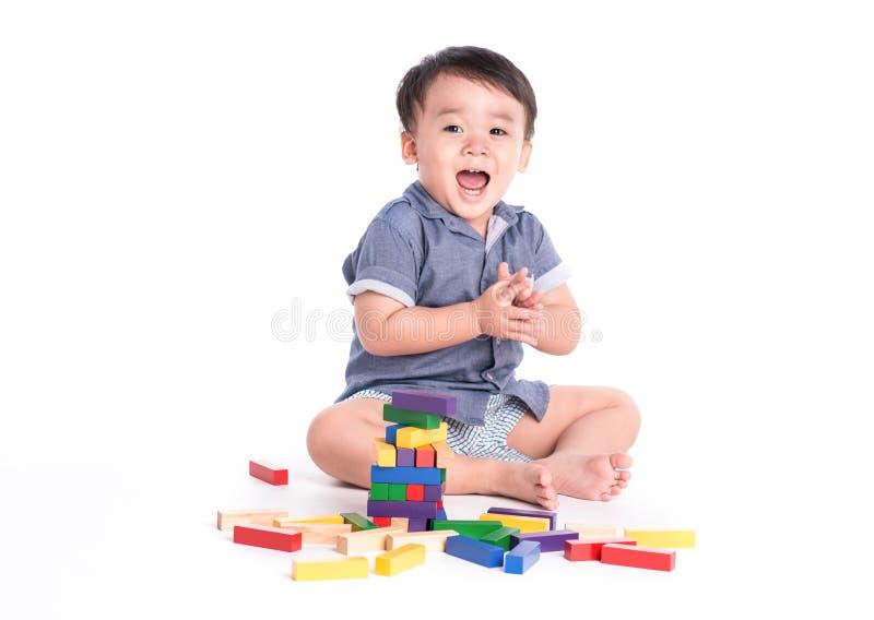 Junge, der mit Blöcken spielt stockfotografie