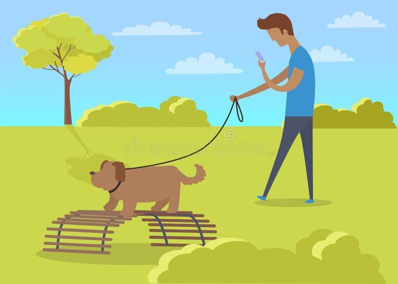Junge, der mit Hund geht und Telefon im Park verwendet lizenzfreie abbildung