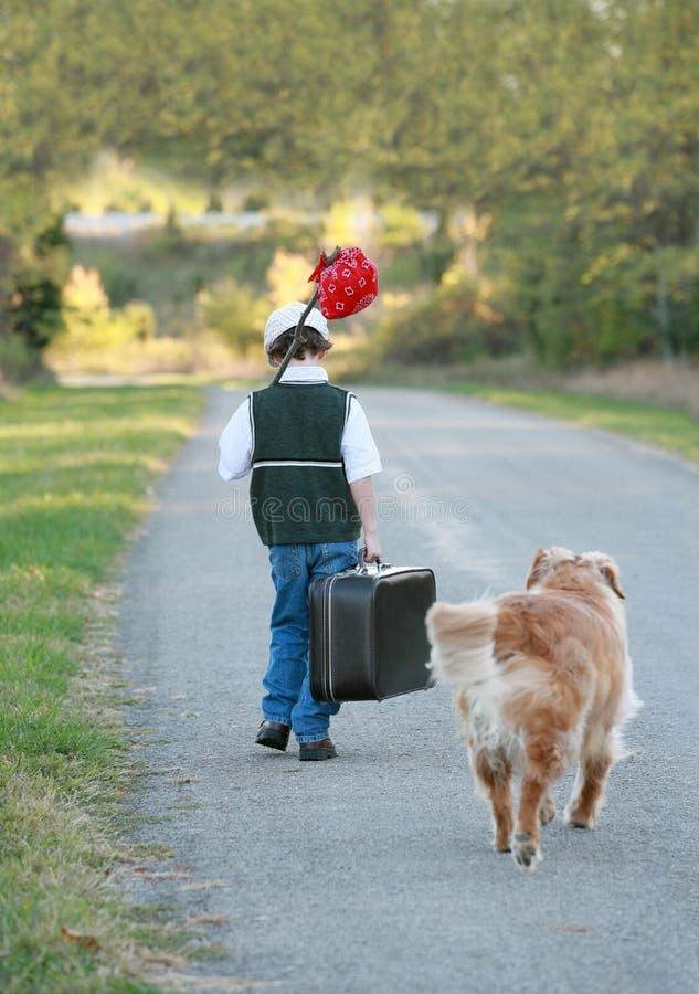 Junge, der mit Hund reist lizenzfreie stockbilder