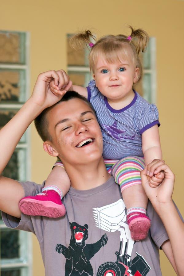 Junge, der mit junger Schwester spielt lizenzfreies stockbild