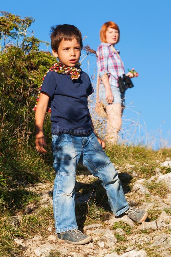Junge, der mit seiner Mutter wandert stockfoto