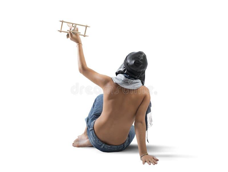 Junge, der mit Spielzeugflugzeug spielt stockfoto