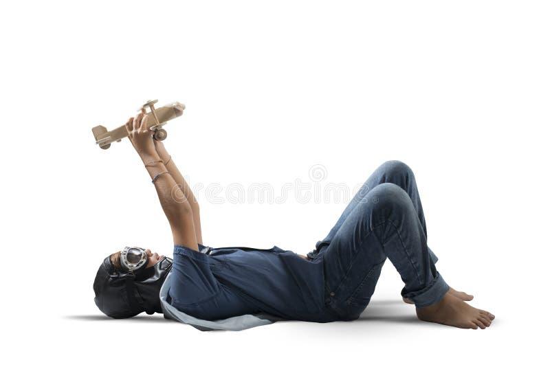 Junge, der mit Spielzeugflugzeug spielt stockfotos