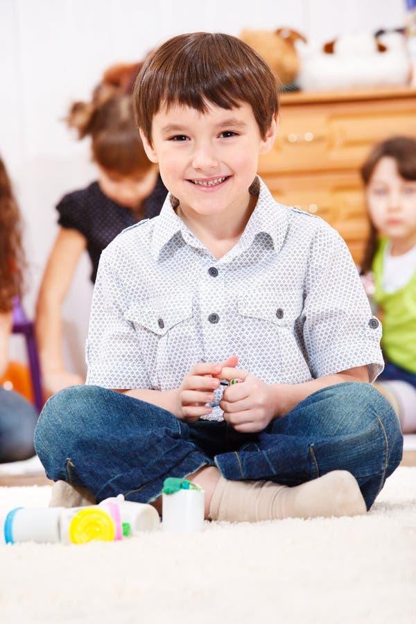 Junge, der mit Teig spielt stockbild