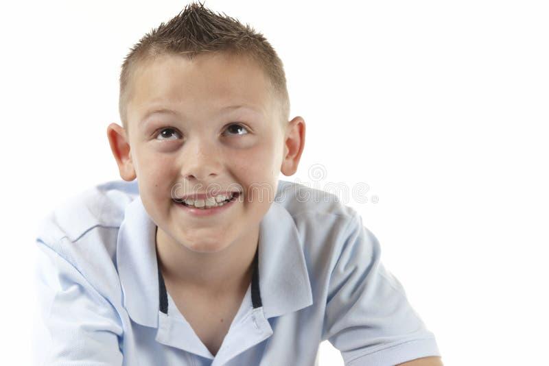 Junge, der oben schaut stockfoto