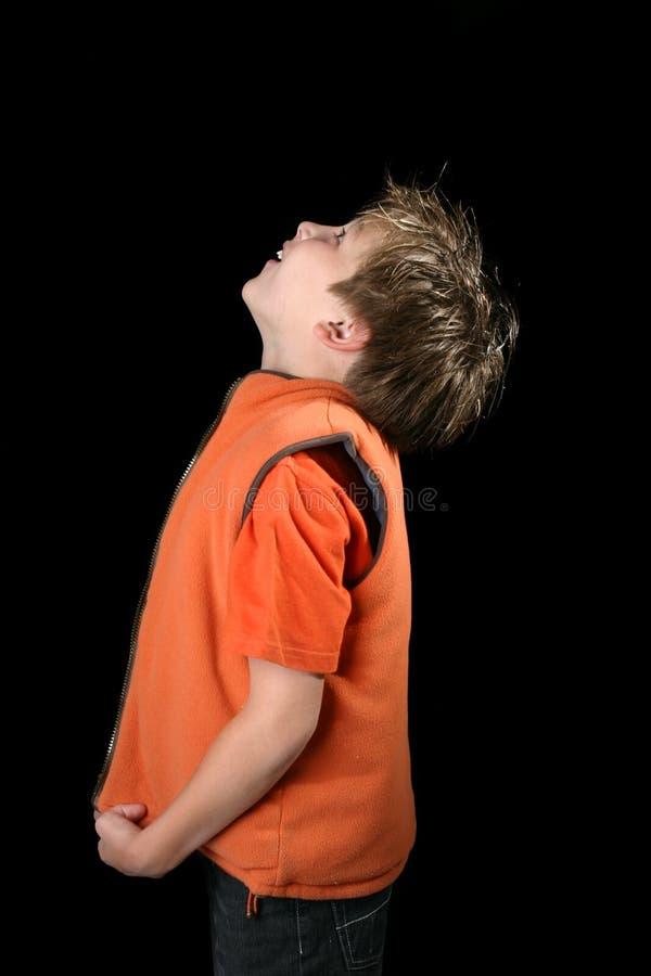 Junge, der oben schaut stockfotos