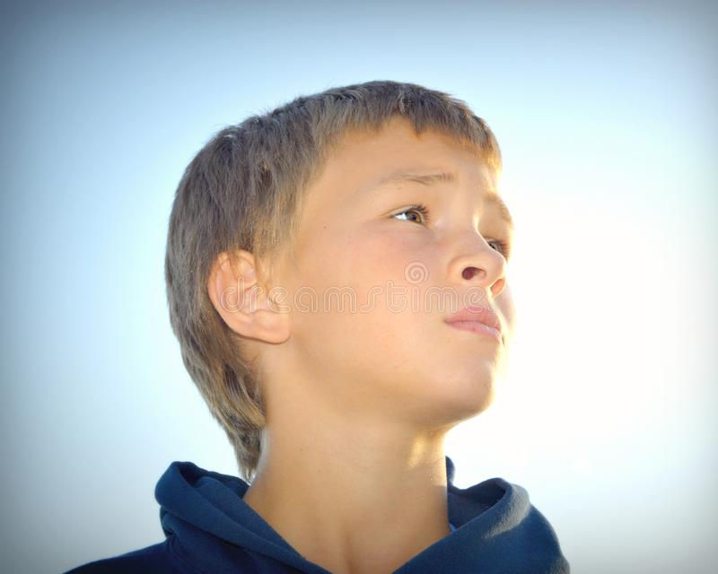Junge, der oben schaut lizenzfreies stockfoto