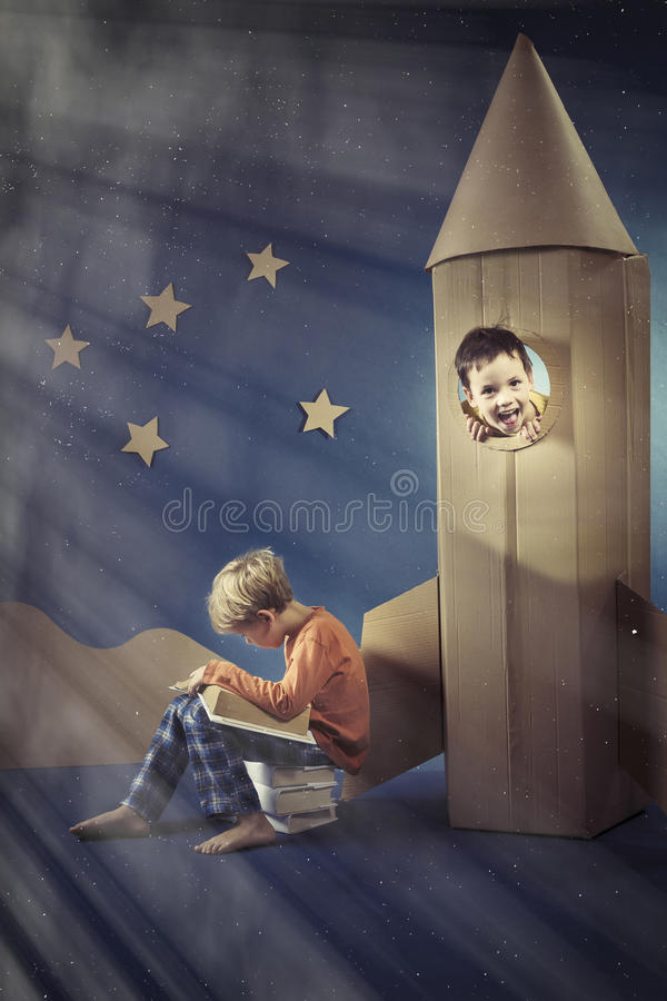 Junge in der Papierrakete lizenzfreies stockbild