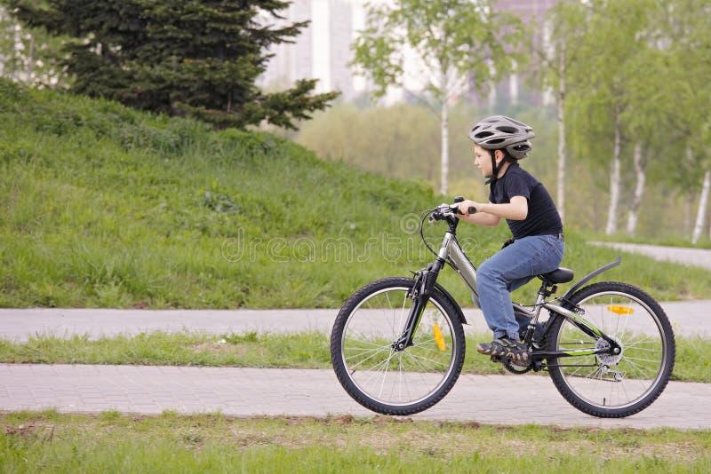 Junge, der in Park einen Kreislauf durchmacht lizenzfreies stockbild