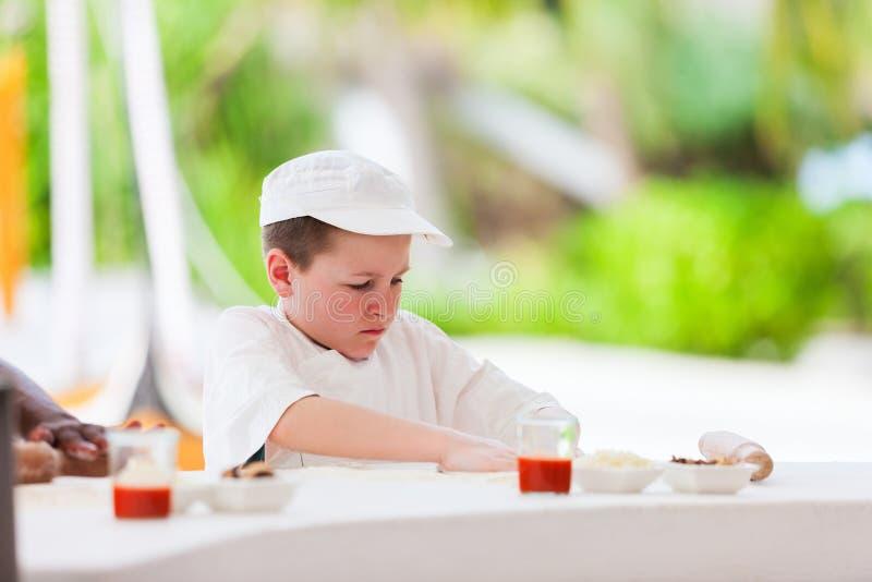 Junge, der Pizza bildet lizenzfreie stockfotos