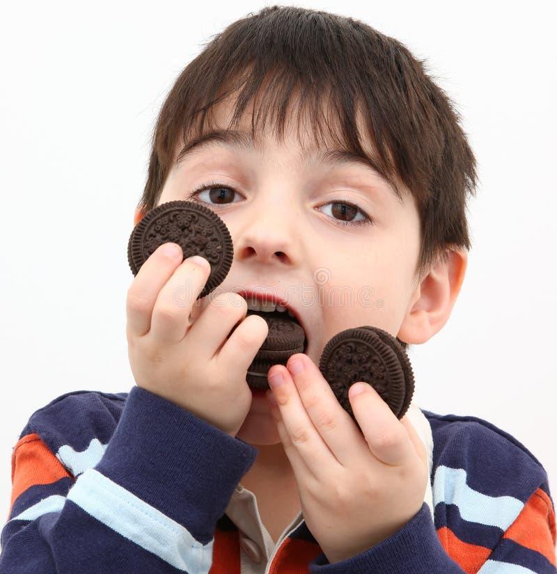 Junge, der Plätzchen isst stockfoto