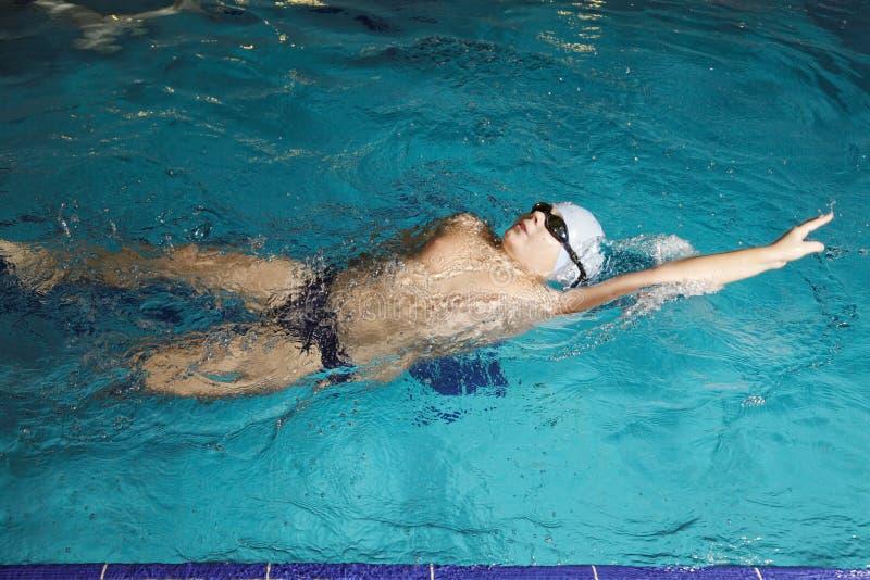 Junge, der rückseitigen Anschlag schwimmt stockfotos