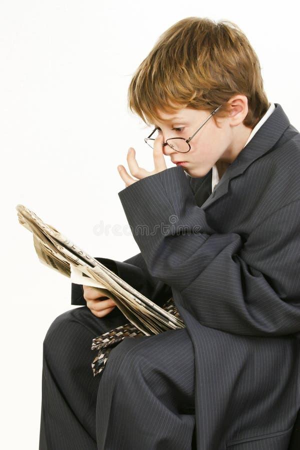 Junge in der sackartigen Klage-Lesezeitung lizenzfreies stockfoto
