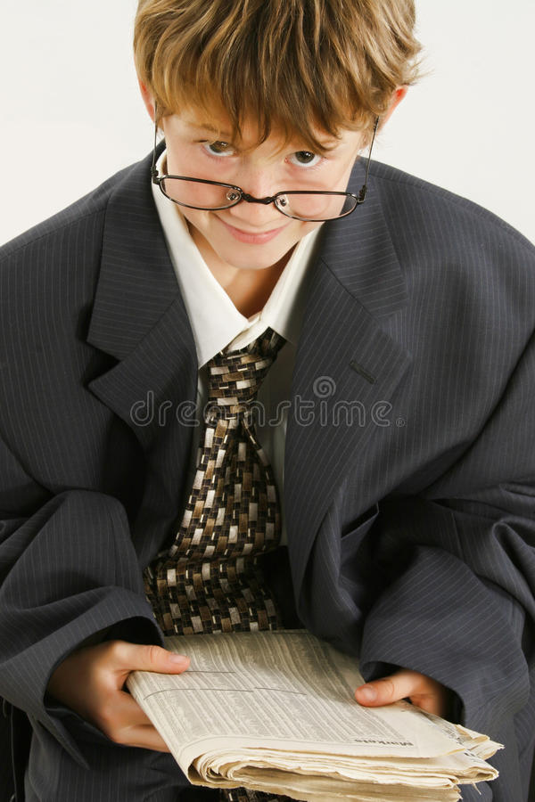 Junge in der sackartigen Klage-Lesezeitung stockfotos