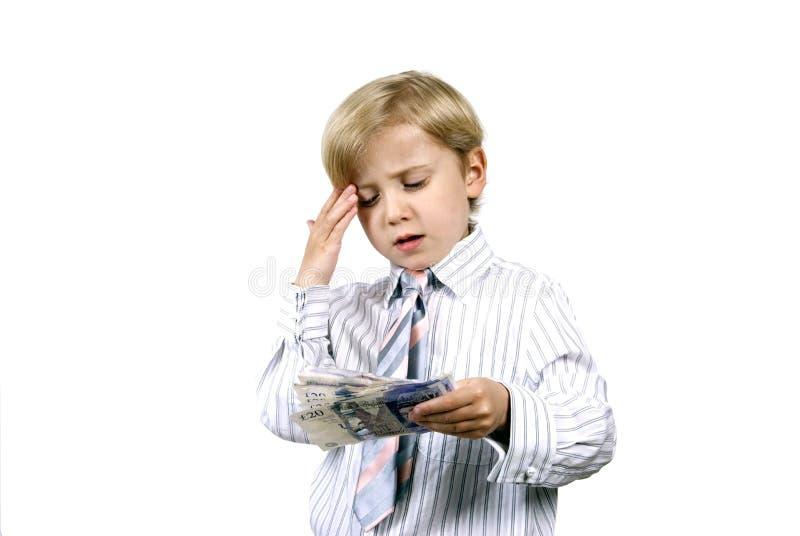 Junge, der an sein Geld denkt lizenzfreies stockfoto