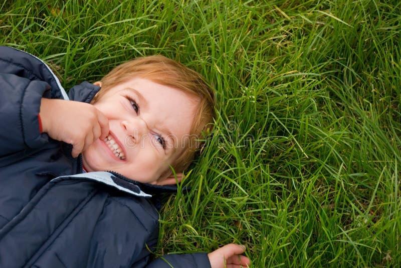 Junge, der seine Zähne zeigt stockbild