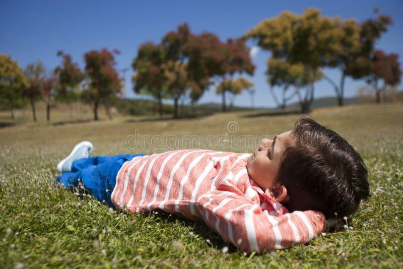 Junge, der sich draußen entspannt stockfoto