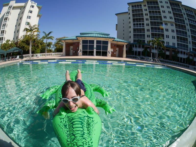 Junge, der Spaß im Swimmingpool hat stockbilder