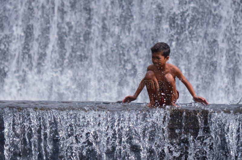Junge, der Spaß im Wasser Fall-River hat lizenzfreie stockfotografie