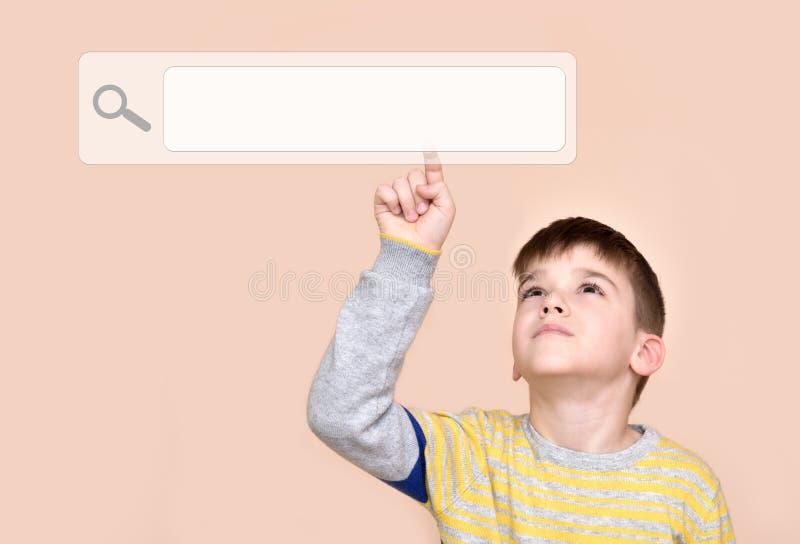 Junge, der Suchknopf auf einem virtuellen Touch Screen berührt stockbilder
