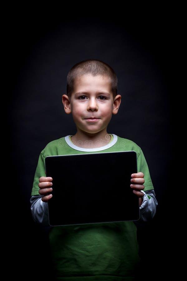 Junge, der Tablette zeigt stockfotografie