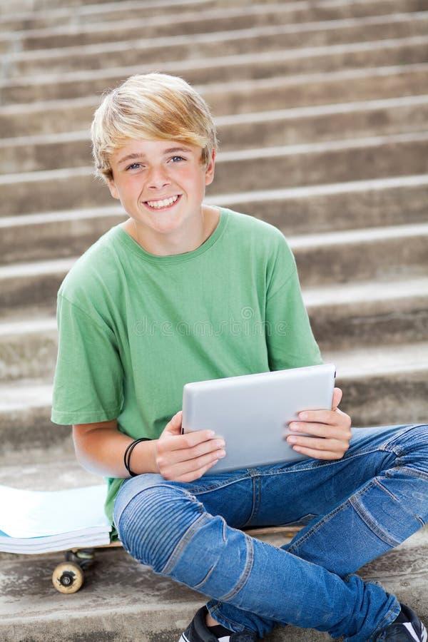 Junge, der Tablettecomputer verwendet stockfoto