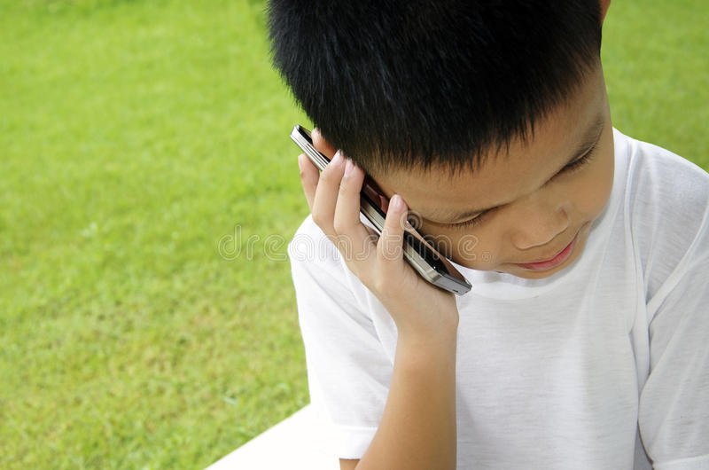 Junge, der am Telefon spricht lizenzfreie stockfotos