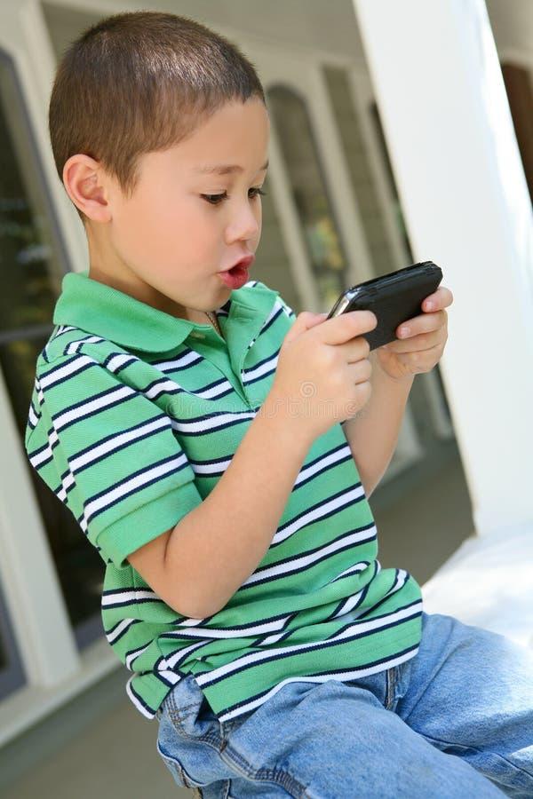 Junge, der Videospiel spielt stockbild