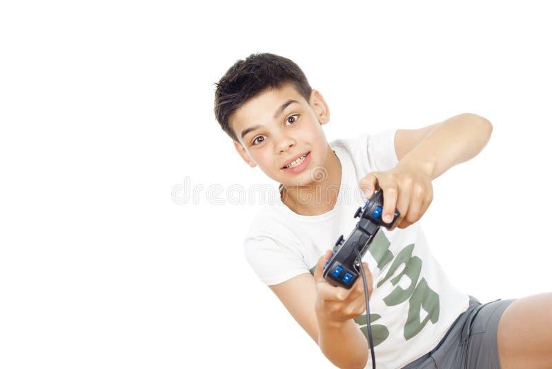 Junge, der Videospiele auf dem Steuerknüppel spielt stockfotografie
