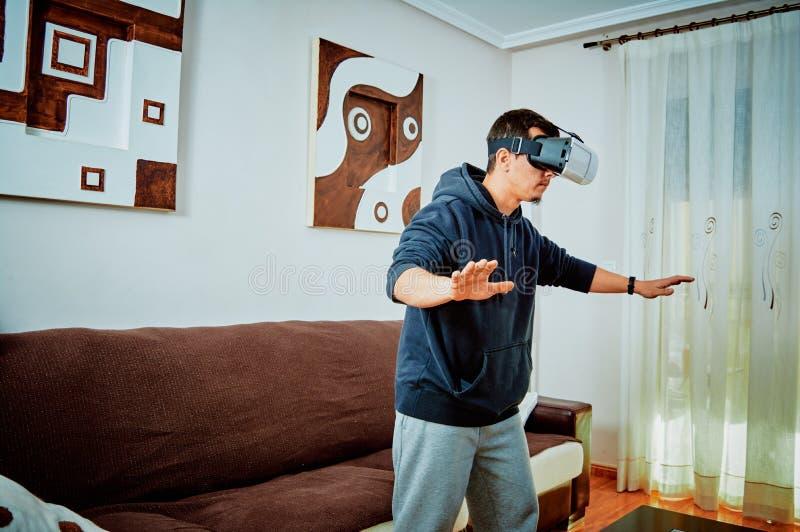 Junge, der Videospiele mit Gläsern 3d spielt lizenzfreie stockfotografie