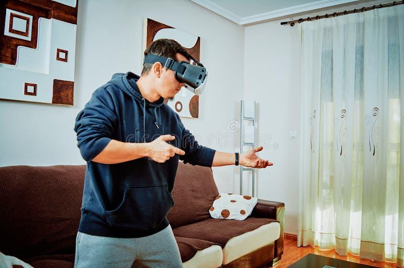Junge, der Videospiele mit Gl?sern 3d spielt lizenzfreie stockfotos