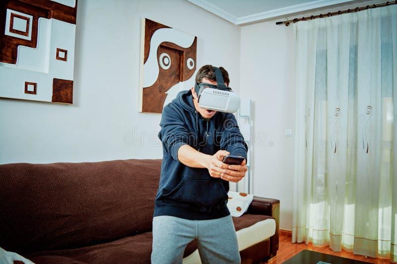 Junge, der Videospiele mit Gl?sern 3d spielt lizenzfreies stockfoto