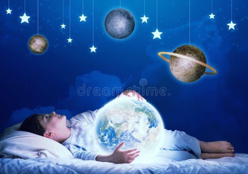 Junge, der vor Schlaf träumt lizenzfreie stockbilder