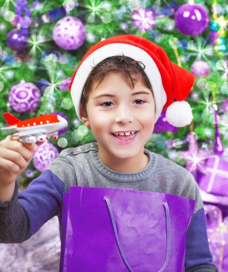 Junge, der Weihnachtsgeschenk genießt lizenzfreie stockbilder