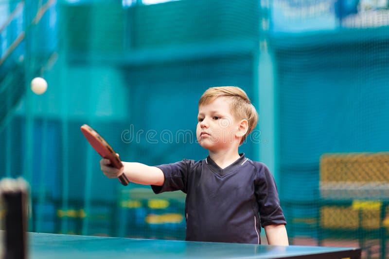 Junge, der zuhause Tischtennis spielt lizenzfreies stockbild