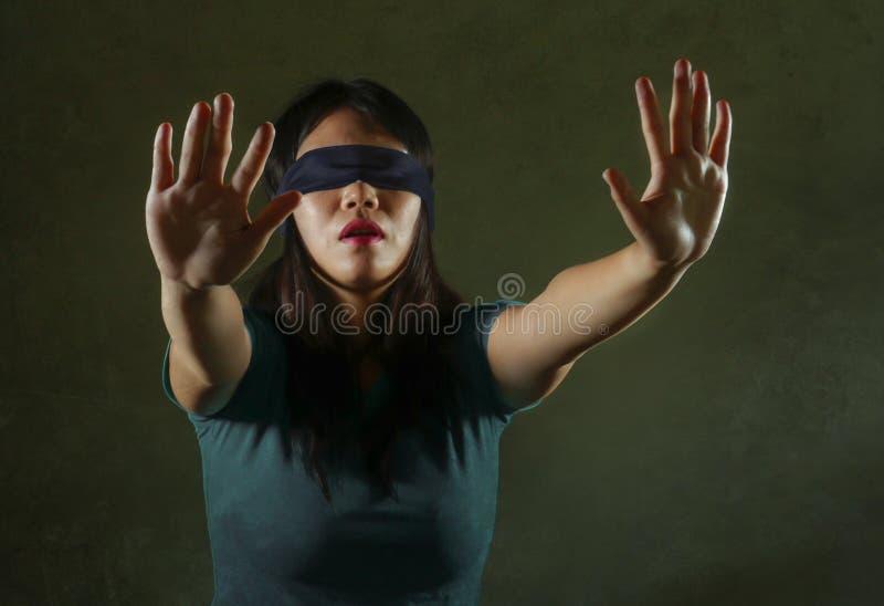 Junge des erschrockenen und asiatischen chinesischen Jugendlichmädchens mit verbundenen Augen verlorene und verwirrte spielende d stockfotos