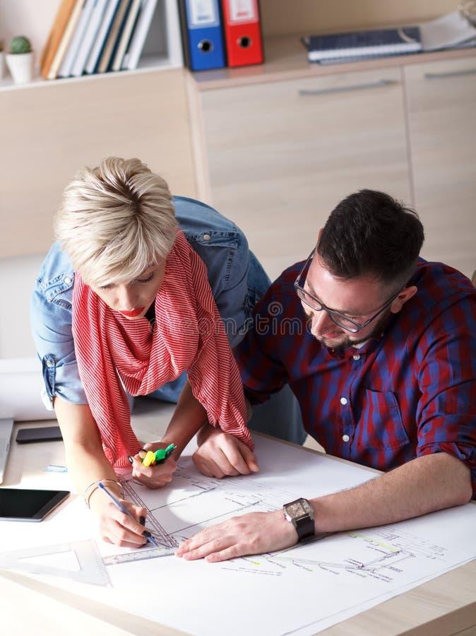 Junge Designer, die an neuem Projekt im Büro arbeiten stockbilder