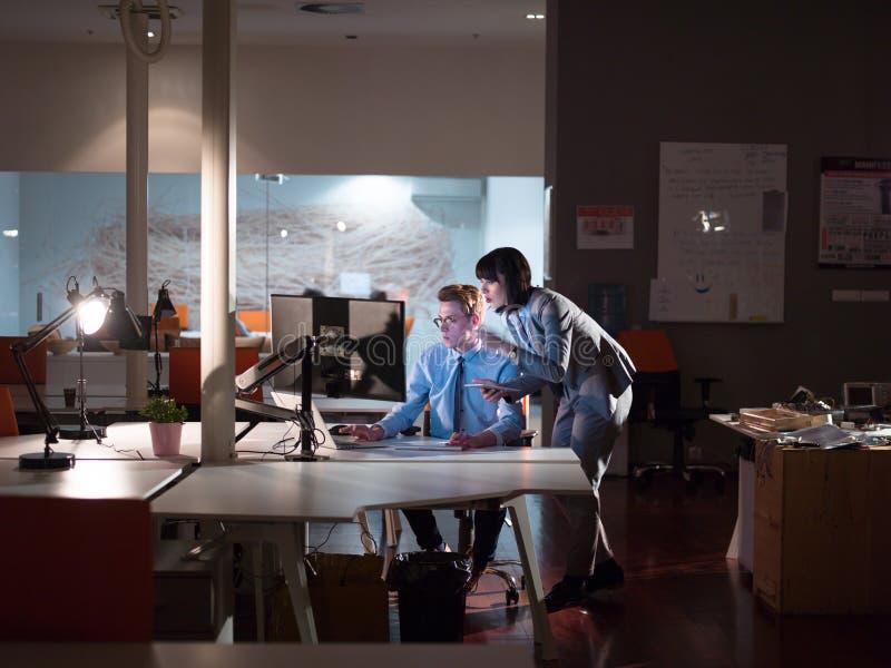 Junge Designer im Nachtbüro lizenzfreie stockbilder