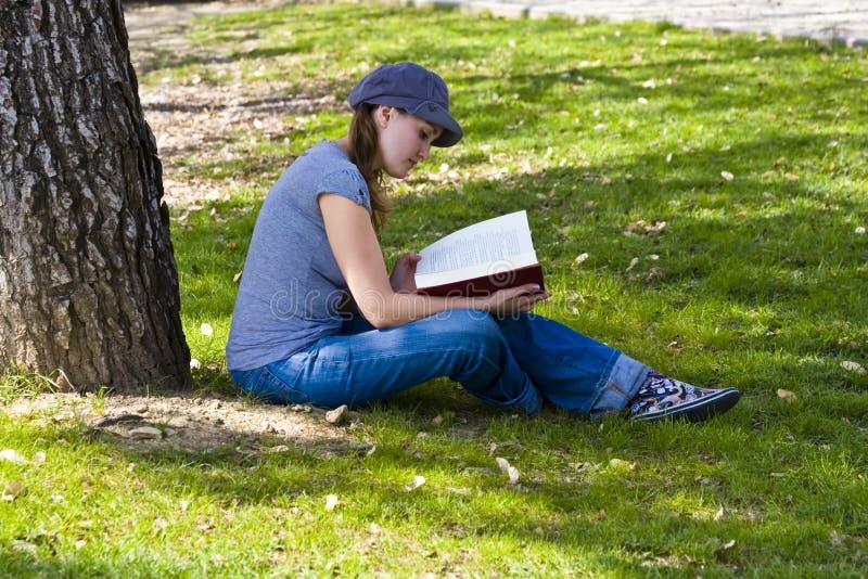 Junge, die ein Buch genießen lizenzfreies stockfoto