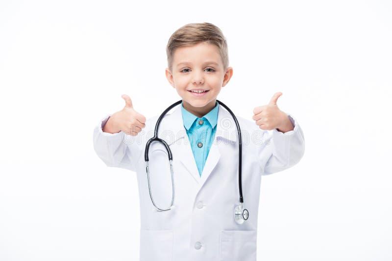 Junge in Doktorkostüm lizenzfreie stockfotografie
