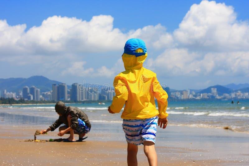 Junge durch Seestrand stockbilder