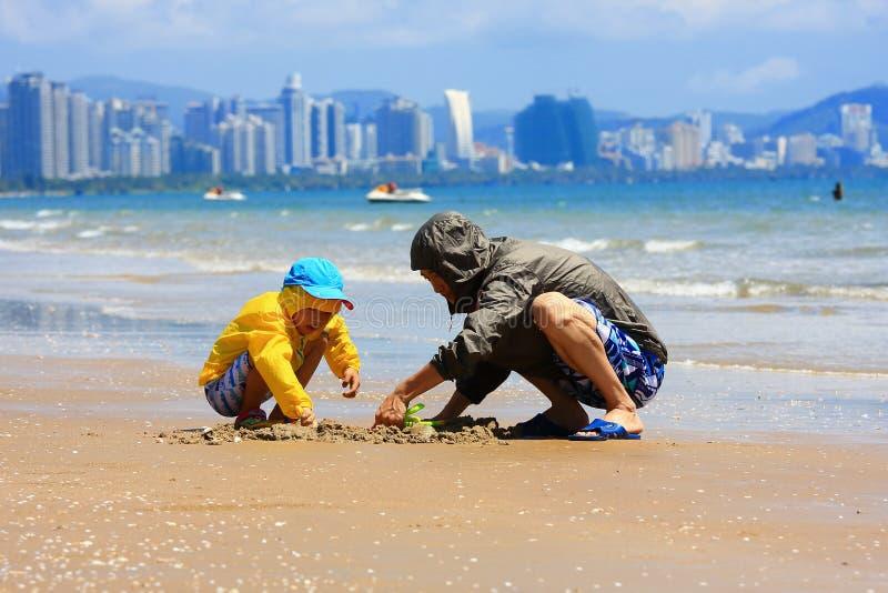 Junge durch Seestrand stockbild
