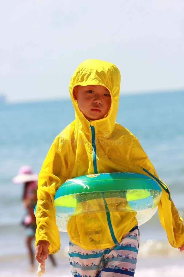 Junge durch Seestrand lizenzfreie stockbilder