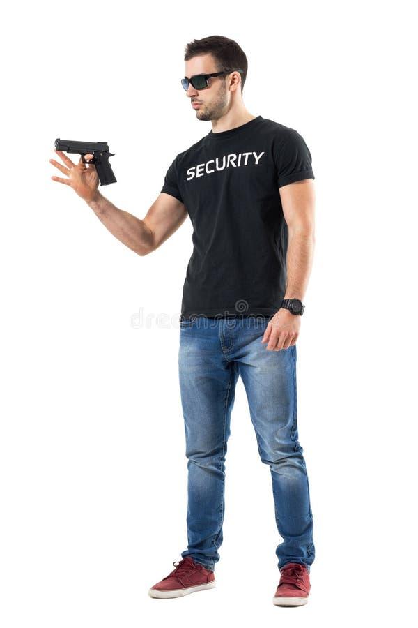 Junge Ebene kleidet spinnendes Gewehr des Polizisten auf Finger lizenzfreies stockbild