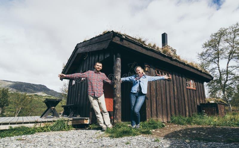 Junge Ehepaare, die neben dem Mietshaus in Jotunheimen Park, Norwegen, stehen stockfoto