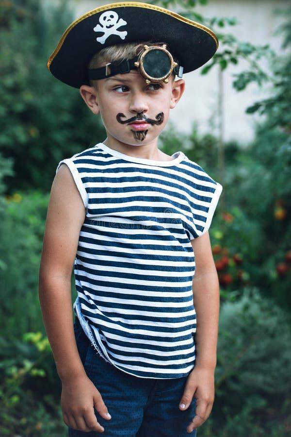 Junge in einem Piratenkostüm stockfoto