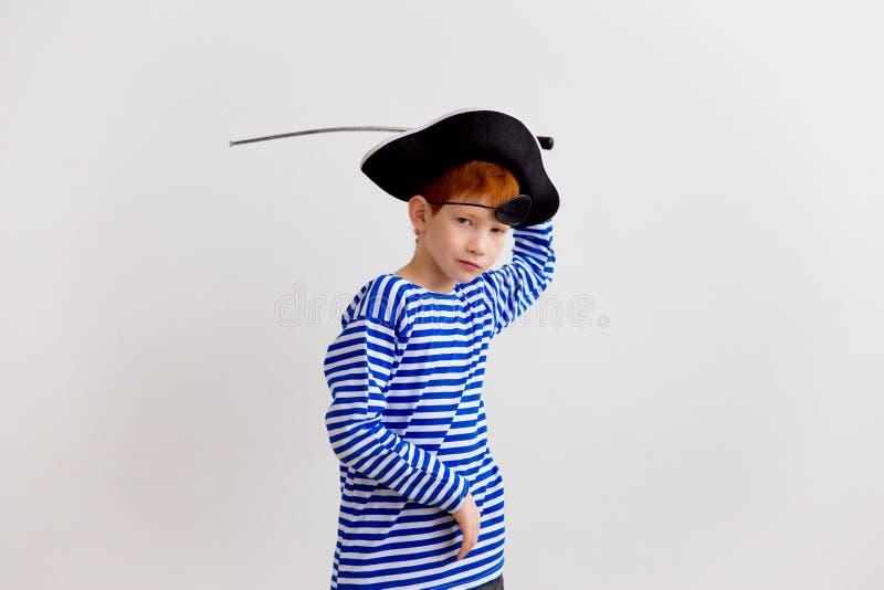 Junge in einem Piratenkostüm stockbilder